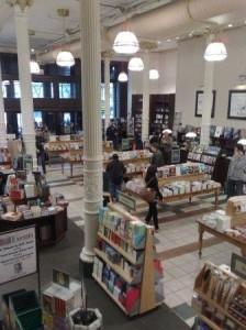Første etasje er et stort og lyst rom med bøker på utstilling overalt
