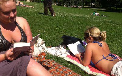 Hva leser de i parken?