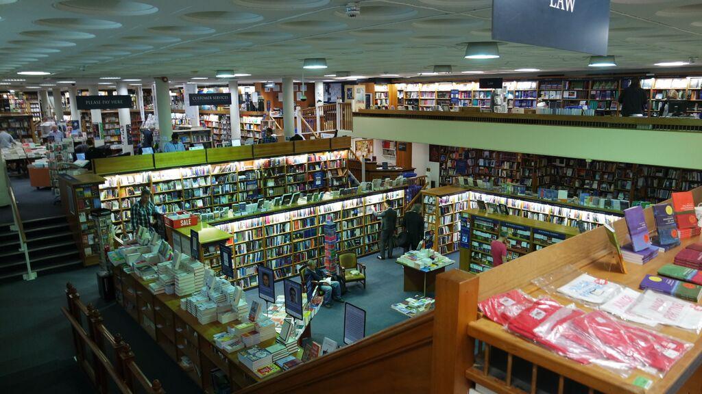 Dette er Norrington Room, et av de største bokhandelrommene i verden. Det finner du i kjelleren under Blackwells.